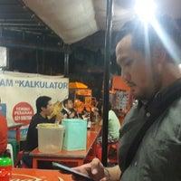Photo taken at Warung Sedap Malam Kalkulator by Joe F. on 9/11/2014