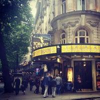 Das Foto wurde bei Aldwych Theatre von Ekaterina L. am 6/22/2013 aufgenommen