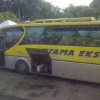 Photo taken at Kompleks Terminal Makmur (Kuantan Bus Station) by Muhammad H. on 6/7/2013