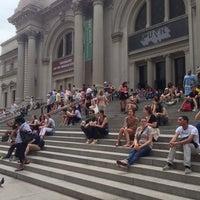 7/11/2013 tarihinde Kevin M.ziyaretçi tarafından Metropolitan Museum Steps'de çekilen fotoğraf