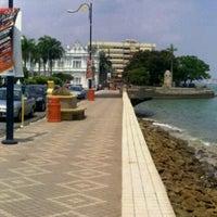 Photo taken at Esplanade (Padang Kota Lama) 舊關仔角 by Akhyar S. on 12/25/2012
