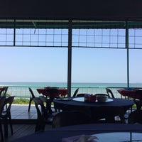 Photo taken at Beach Seafood Restaurant (海濱海鮮餐館) by Ng W. on 7/4/2016