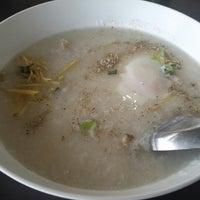 Photo taken at เจ๊หุย โจ๊ก ไข่กะทะ อาหารเช้า by Kullavee on 8/17/2014