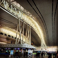 Photo taken at Gate 42 by 崴泥驴 on 12/24/2013