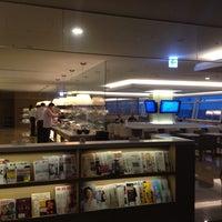 Photo taken at JAL Sakura Lounge - International Terminal by Koji S. on 7/27/2013