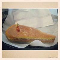 Foto tomada en Cubabana's Cafe por Camille S. el 2/3/2015