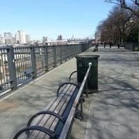 Das Foto wurde bei Brooklyn Heights Promenade von Lesley M. am 3/24/2013 aufgenommen