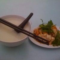Снимок сделан в Lou Yau Kee Porridge (老友记粥) пользователем Jayden L. 5/10/2013