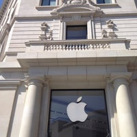 Photo taken at Apple Passeig de Gràcia by Hector B. on 3/22/2013
