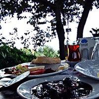 Das Foto wurde bei Köyüm Bahçe Restaurant von Dilara K. am 9/5/2014 aufgenommen