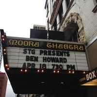 Das Foto wurde bei Moore Theatre von Angel E. am 4/19/2013 aufgenommen