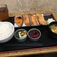 Photo taken at 焼魚食堂 魚角 学芸大学店 by koku y. on 2/20/2017
