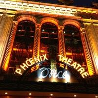 Foto tirada no(a) Phoenix Theatre por Ana Gabriela C. em 6/21/2013