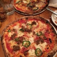 Foto tirada no(a) Pizzeria Defina por Stella Z. em 7/17/2017