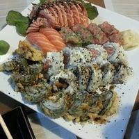 Foto tirada no(a) Brava Sushi por Cris A. em 6/22/2013