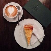 Foto tirada no(a) Café Leonar por Tho K. em 12/29/2013