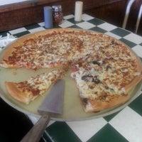 Das Foto wurde bei Godfather's Pizza von Scrumptyous K. am 6/8/2013 aufgenommen