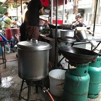 Foto diambil di ราดหน้า ดินแดง oleh Kritsy_Bally pada 7/26/2017