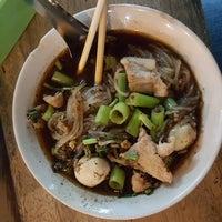 Photo taken at ก๋วยเตี๋ยวเรือนายหงอก บ้านสวน by ezaikooni p. on 8/12/2017