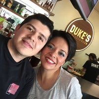 Foto diambil di DUKE'S BURGERS & BEER oleh Alejandro C. pada 5/21/2017