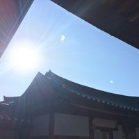 Photo taken at Bukchon Traditional Crafts Center by Ralf S. on 12/11/2017