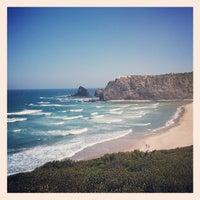 Foto tirada no(a) Praia de Odeceixe por Ana Margarida P. em 6/20/2013