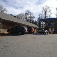 Foto tirada no(a) crossroads country store por Larry R. em 1/19/2013