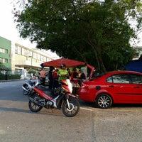 Photo taken at Nasi Lemak makcik Pesona Merah by Hakim S. on 2/18/2014