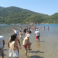 รูปภาพถ่ายที่ Kız Kumu Plajı โดย Hakan E. เมื่อ 7/3/2013