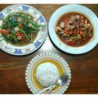 Photo taken at Rumah Makan Melati (Chinese Food) by I Komang P. on 8/4/2016