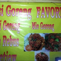 Photo taken at Nasi Goreng Favorit by Arlita L. on 9/24/2014