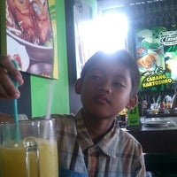 Photo taken at Bebek Goreng H. Slamet by Senta Y. on 1/19/2014