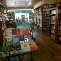Das Foto wurde bei West End Lane Books von Diane W. am 9/11/2016 aufgenommen