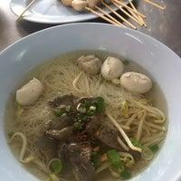 Photo taken at ลูกชิ้น อนามัย by 🐰 Nutay L. on 11/5/2016