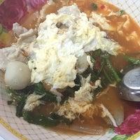 Photo taken at ก๋วยเตี๋ยวอ้วนโภชนา นครปฐม by 🐰 Nutay L. on 10/28/2015