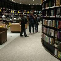 Foto tirada no(a) Livraria da Vila por Ariane em 5/22/2016