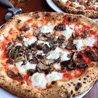 Foto tomada en Spacca Napoli Pizzeria por Leah J. el 6/14/2013