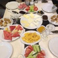 Das Foto wurde bei Alya Garden Restaurant Cafe von HAKTAN KADİR Y. am 7/13/2013 aufgenommen