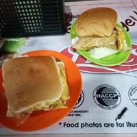 Photo taken at Zaidi Oblong Burger by Christine on 3/14/2018