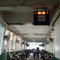 Das Foto wurde bei Star Ferry Pier (Tsim Sha Tsui) von Oddpinkcloud am 5/9/2013 aufgenommen
