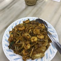 Photo taken at Doli Kuey Teow Goreng by Amin A. on 5/14/2017