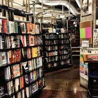 รูปภาพถ่ายที่ St. Mark's Bookshop โดย Robert D. เมื่อ 2/24/2013