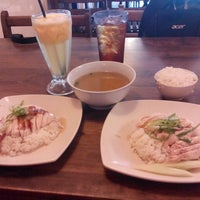 Photo taken at Singapore Chicken Rice by Mr Darshan D. on 9/10/2014