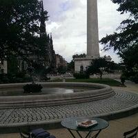 Foto diambil di Mount Vernon Place oleh Victor M. pada 6/28/2013