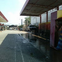 Photo taken at Car Wash 86 Perjuangan by Wahyudi W. on 3/21/2013