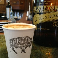 Photo prise au Stumptown Coffee Roasters par Rebecca A. le7/28/2013