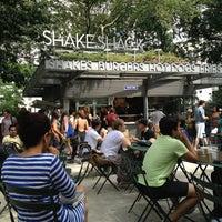 Снимок сделан в Shake Shack пользователем Rebecca A. 7/31/2013