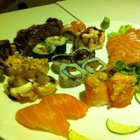 Foto tirada no(a) Kurokawa Sushi Bar por Valeria S. em 9/22/2013