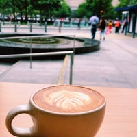 Das Foto wurde bei Blue Bottle Coffee von Mohit am 10/8/2017 aufgenommen