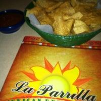 Foto tomada en La Parrilla Mexican Restaurant por Lauren D. el 8/15/2012